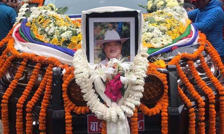 हेलिकोप्टर दुर्घटनामा निधन भएका आङ छिरिङ शेर्पाको बौद्ध परम्परा अनुसार अन्त्यष्टि