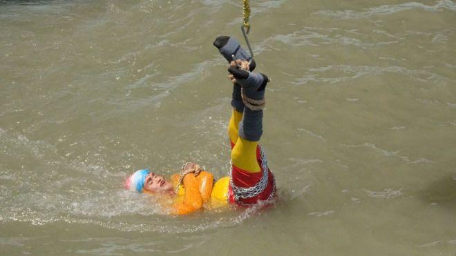 हातखुट्टा बाँधेर नदीमा पसेका भारतीय जादुगर बेपत्ता