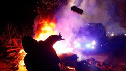 चीनबाट फिर्ता लगिएको युक्रेनी नागरिक चढेको बसमा स्थानीयद्धारा आक्रमण