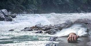 नदी किनारमा संक्रमित श्रीमतीको शव छोडिदिए पछि, शव व्यवस्थापन आफैँले गर्नु पर्दाको पीडा
